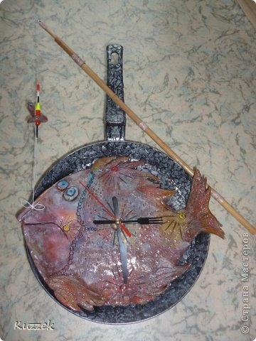 Добрый день, Страна! На ДР другу-рыбаку, помимо основного подарка, решила сделать  вот такую рыбу-часы на удачу (Все технические вопросы по изготовлению и креплению удочки и сверлению сковороды решил мой муж, за что ему громадное спасибо!!!).  Как не пыталась передать истинный окрас рыбы, не получается, в жизни ярче. На сковороде яичная скорлупа. фото 1