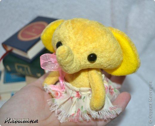"""Вот она...моя первая малышка - подружка Мишки Тедди. Она такая солнечная. Такая милашка.  Пошита из """"Вискозы - антик"""" с коротким ворсом, производство США.. Этот материал специально  создан для мини мишек. Глазки стеклянные.  Наполнтель - гранулят и синтепух. Юбочка - 100% хлопок. Голова - на шплинтак. Крутится. Ножки и руски - нитяное крепление. Подвижны.  Малышка останется у меня, никому не отдам))) Она как мамочка - любит книжки, вот смотрите: фото 7"""