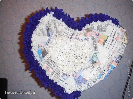 Каркас из двух половинок картона, обклеенных газетой, пва клеем. Техникой торцевания приклеивала гофрированную бумагу синева цвета и белые кусочки, туалетная бумага хорошего качества)))  фото 1