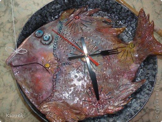 Добрый день, Страна! На ДР другу-рыбаку, помимо основного подарка, решила сделать  вот такую рыбу-часы на удачу (Все технические вопросы по изготовлению и креплению удочки и сверлению сковороды решил мой муж, за что ему громадное спасибо!!!).  Как не пыталась передать истинный окрас рыбы, не получается, в жизни ярче. На сковороде яичная скорлупа. фото 3