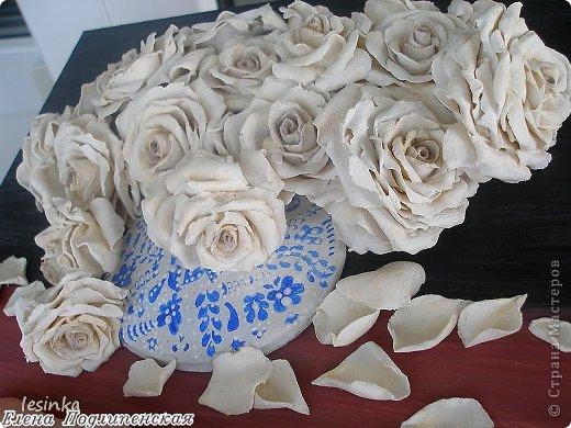 """Аромат белых роз я в букете дарю, В каждой розе слова...""""Я безумно люблю!"""", Ты несешь их домой, ловишь взгляды вокруг, И встречаешь глаза восхищенных подруг... Это розы любви, как частичка души, Ты восприняла их словно солнце в ночи, Розы сердце тревожат, маня и любя, """"Обожаю тебя..."""", """"Да! Я только твоя...."""" Белым ритмом тех роз, я озвучил любовь, Ты, как воздух, нужна мне вовеки и вновь, Я открытку к цветам тем в стихах написал, Что по небу бежал и тебя все искал... Аромат белых роз я тебе подарил, Ты прекрасна всегда... БОГ тебя сотворил... Смело смотришь вокруг, и сияют глаза, Я сказал, что люблю...  ты ответила.. """"ДА"""".   фото 2"""