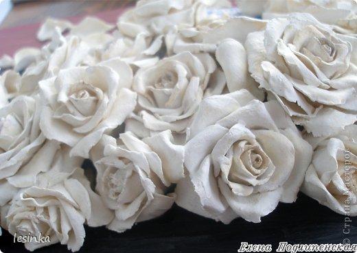 """Аромат белых роз я в букете дарю, В каждой розе слова...""""Я безумно люблю!"""", Ты несешь их домой, ловишь взгляды вокруг, И встречаешь глаза восхищенных подруг... Это розы любви, как частичка души, Ты восприняла их словно солнце в ночи, Розы сердце тревожат, маня и любя, """"Обожаю тебя..."""", """"Да! Я только твоя...."""" Белым ритмом тех роз, я озвучил любовь, Ты, как воздух, нужна мне вовеки и вновь, Я открытку к цветам тем в стихах написал, Что по небу бежал и тебя все искал... Аромат белых роз я тебе подарил, Ты прекрасна всегда... БОГ тебя сотворил... Смело смотришь вокруг, и сияют глаза, Я сказал, что люблю...  ты ответила.. """"ДА"""".   фото 3"""