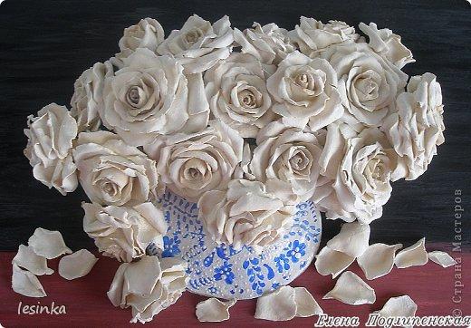 """Аромат белых роз я в букете дарю, В каждой розе слова...""""Я безумно люблю!"""", Ты несешь их домой, ловишь взгляды вокруг, И встречаешь глаза восхищенных подруг... Это розы любви, как частичка души, Ты восприняла их словно солнце в ночи, Розы сердце тревожат, маня и любя, """"Обожаю тебя..."""", """"Да! Я только твоя...."""" Белым ритмом тех роз, я озвучил любовь, Ты, как воздух, нужна мне вовеки и вновь, Я открытку к цветам тем в стихах написал, Что по небу бежал и тебя все искал... Аромат белых роз я тебе подарил, Ты прекрасна всегда... БОГ тебя сотворил... Смело смотришь вокруг, и сияют глаза, Я сказал, что люблю...  ты ответила.. """"ДА"""".   фото 1"""