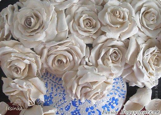 """Аромат белых роз я в букете дарю, В каждой розе слова...""""Я безумно люблю!"""", Ты несешь их домой, ловишь взгляды вокруг, И встречаешь глаза восхищенных подруг... Это розы любви, как частичка души, Ты восприняла их словно солнце в ночи, Розы сердце тревожат, маня и любя, """"Обожаю тебя..."""", """"Да! Я только твоя...."""" Белым ритмом тех роз, я озвучил любовь, Ты, как воздух, нужна мне вовеки и вновь, Я открытку к цветам тем в стихах написал, Что по небу бежал и тебя все искал... Аромат белых роз я тебе подарил, Ты прекрасна всегда... БОГ тебя сотворил... Смело смотришь вокруг, и сияют глаза, Я сказал, что люблю...  ты ответила.. """"ДА"""".   фото 4"""