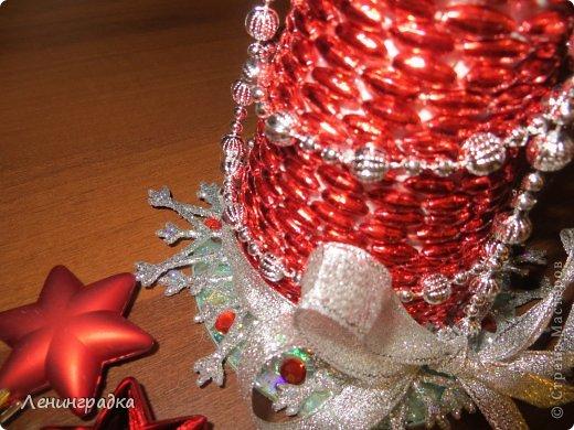 Новый год уже много лет мы встречаем на даче. Есть у нас такая традиция: в сервировке стола (салфетки, свечи и пр.) и украшениях дома и елки на улице каждый НГ выбирается новая цветовая  гамма. Каких только сочетаний цветов у меня уже не было! Вот на этот год как-то само собой выбрались красно-серебяно-белый. Хотя, как я прочла - Лошадь-то у нас синяя. Но что уж, думаю она не обидится, наверное:-)   Такой у меня получился набор:  маленькая елочка и пара букетов для стандартных высоких свечей. Жаль, не нашлось под рукой подходящего цвета, а то бы вставила. Итак, как я это делала. фото 5