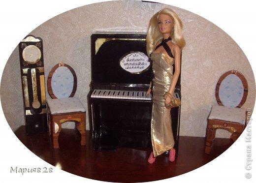 Наша куколка решила заняться музыкой и попросила себе пианино. На создание пианино меня вдохновила обычная обувная коробка. Она была такая черная лакированная ну прямо пианино! Вначале будет мастер-класс, а потом маленькая история. фото 16