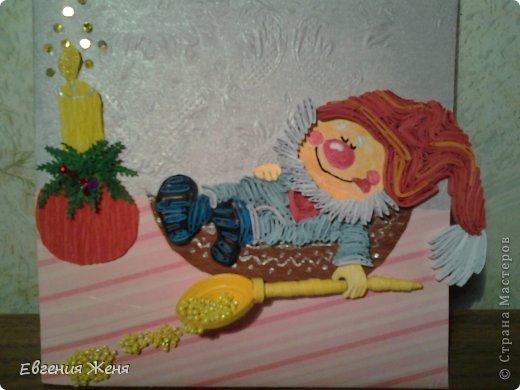 И снова по иллюстрации Густафсон родился очередной гномик!Он съел всю кашу, и так бедный устал,что уснул в тарелке.Приятных ему снов в Новогоднюю ночь!