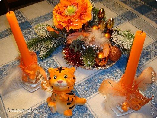 Новый год уже много лет мы встречаем на даче. Есть у нас такая традиция: в сервировке стола (салфетки, свечи и пр.) и украшениях дома и елки на улице каждый НГ выбирается новая цветовая  гамма. Каких только сочетаний цветов у меня уже не было! Вот на этот год как-то само собой выбрались красно-серебяно-белый. Хотя, как я прочла - Лошадь-то у нас синяя. Но что уж, думаю она не обидится, наверное:-)   Такой у меня получился набор:  маленькая елочка и пара букетов для стандартных высоких свечей. Жаль, не нашлось под рукой подходящего цвета, а то бы вставила. Итак, как я это делала. фото 11
