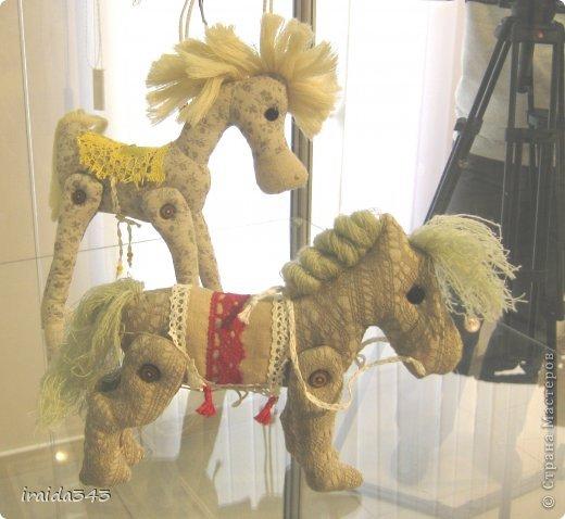 Ежегодно у нас в городе проходит конкурс ДПИ. В этом году он был посвящен образу коня. На кануне года Лошади, решила показать разнообразие техник, с помощью которых можно выполнить символ будущего года. фото 21