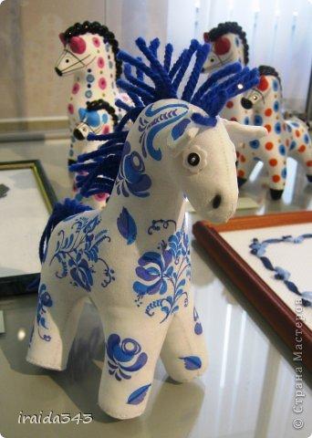 Ежегодно у нас в городе проходит конкурс ДПИ. В этом году он был посвящен образу коня. На кануне года Лошади, решила показать разнообразие техник, с помощью которых можно выполнить символ будущего года. фото 22