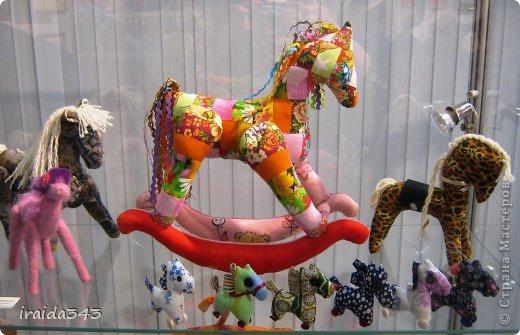Ежегодно у нас в городе проходит конкурс ДПИ. В этом году он был посвящен образу коня. На кануне года Лошади, решила показать разнообразие техник, с помощью которых можно выполнить символ будущего года. фото 26