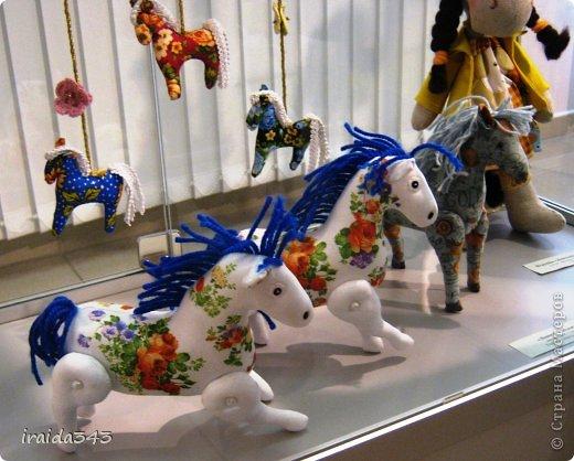 Ежегодно у нас в городе проходит конкурс ДПИ. В этом году он был посвящен образу коня. На кануне года Лошади, решила показать разнообразие техник, с помощью которых можно выполнить символ будущего года. фото 35