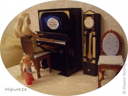 Наша куколка решила заняться музыкой и попросила себе пианино. На создание пианино меня вдохновила обычная обувная коробка. Она была такая черная лакированная ну прямо пианино! Вначале будет мастер-класс, а потом маленькая история. фото 17