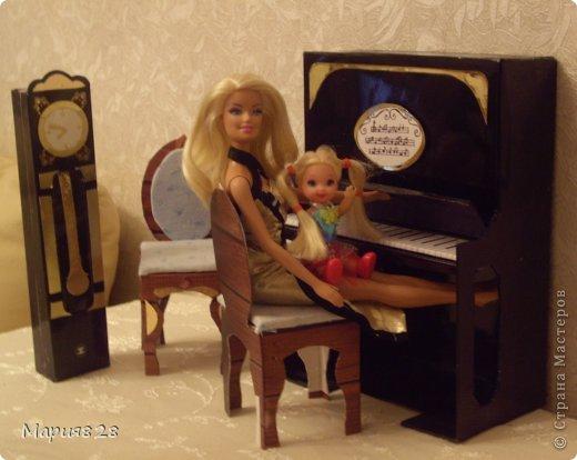 Наша куколка решила заняться музыкой и попросила себе пианино. На создание пианино меня вдохновила обычная обувная коробка. Она была такая черная лакированная ну прямо пианино! Вначале будет мастер-класс, а потом маленькая история. фото 18