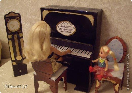 Наша куколка решила заняться музыкой и попросила себе пианино. На создание пианино меня вдохновила обычная обувная коробка. Она была такая черная лакированная ну прямо пианино! Вначале будет мастер-класс, а потом маленькая история. фото 19