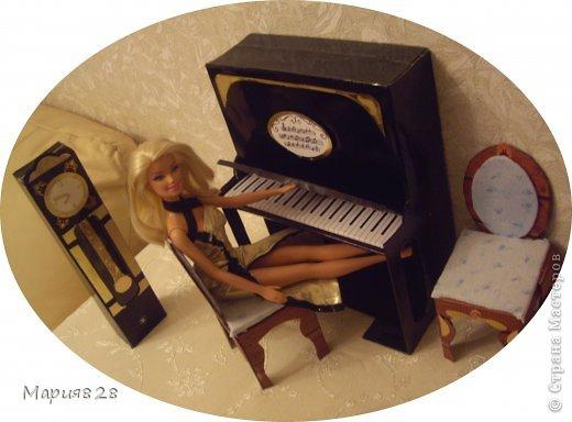 Наша куколка решила заняться музыкой и попросила себе пианино. На создание пианино меня вдохновила обычная обувная коробка. Она была такая черная лакированная ну прямо пианино! Вначале будет мастер-класс, а потом маленькая история. фото 1