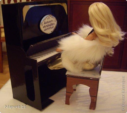 Наша куколка решила заняться музыкой и попросила себе пианино. На создание пианино меня вдохновила обычная обувная коробка. Она была такая черная лакированная ну прямо пианино! Вначале будет мастер-класс, а потом маленькая история. фото 2