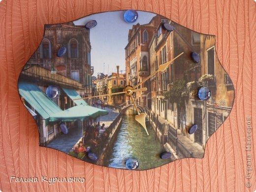 """Уважаемые жители СМ! Представляю вашему вниманию двое  часов.  Первые часы - """"Венеция"""". Распечатка, вместо цифр бусины и стеклянные «полушарики» фото 1"""