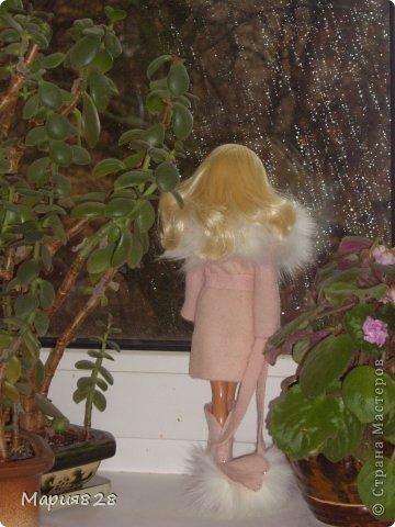 На улице осень, все вокруг серое и унылое. И нашей куколке захотелось что-нибудь тепленькое и красивое. Шубу, вроде еще рано носить, так что надо бы пальто. Я покопалась в обрезках и наткнулась на обрезки розового пальто. Когда то пальто укорачивали и осталась узкая полоса то ли тонкого фетра, то ли просто толстой шерсти. Цвет был такой нежный, не яркий, что у меня в голове тут же родился образ приталенного пальто, уже позже я добавила кусочки меха и пальто заиграло. Здесь у куколки еще завязан шелковый шарфик. фото 4