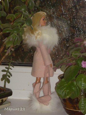 На улице осень, все вокруг серое и унылое. И нашей куколке захотелось что-нибудь тепленькое и красивое. Шубу, вроде еще рано носить, так что надо бы пальто. Я покопалась в обрезках и наткнулась на обрезки розового пальто. Когда то пальто укорачивали и осталась узкая полоса то ли тонкого фетра, то ли просто толстой шерсти. Цвет был такой нежный, не яркий, что у меня в голове тут же родился образ приталенного пальто, уже позже я добавила кусочки меха и пальто заиграло. Здесь у куколки еще завязан шелковый шарфик. фото 5