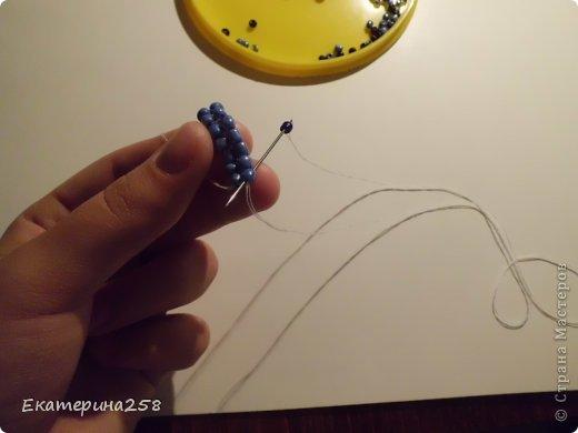 Здравствуйте. Хочу вас научить как делать широкие фенечки без станка. Брастлет сплетенный таким образом выходит прочнее чем на станке (знаю из своего опыта). фото 10