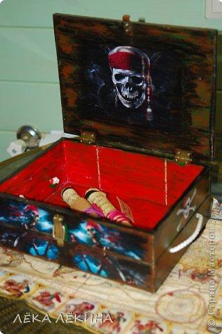 Сундук для ДР сына на пиратскую вечеринку для главного сокровища! Был деревянный ящик . Покрыла грунтом для кракле, сверху акрил коричнево черный местами...фен. Картинки распечатывала на принтере, приклеивала, потом все лаком, местами медной патиной акриловой. фото 3