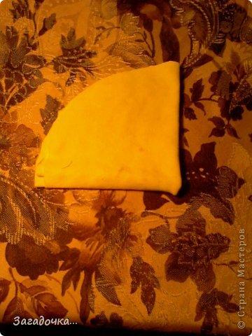 берём жёлтую ткань, кладём на неё крышку, обводим ручкой... фото 4