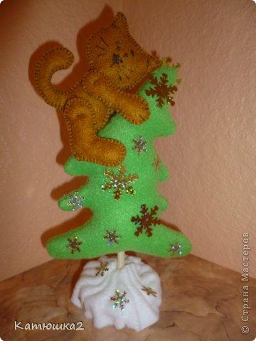 """Ну вот и мои первые подготовки к Новому году. Совсем не боятся коты высоты, Коты с высотой на равных, на """"ты"""". Деревья, заборы, карнизы, мосты- Повсюду свисаю кошачьи хвосты. Ужасно прекрасна, она высота! Смертельно опасна высот красота! И я полагаю совсем не спроста В запасе девятая жизнь у кота. фото 4"""