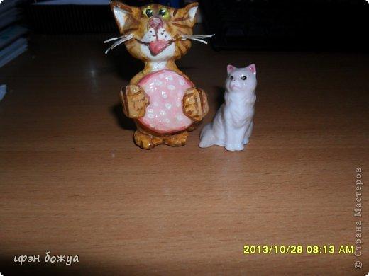 Я любительница кошек. С тех пор как вышла замуж(24 года назад) столько же у меня живут коты.Всегда. разные но есть. Про Ваську,Барсика и Кузю я уже писала(см.блог). Решила показать свою маленькую коллекцию кошек, которые у меня дома и на работе. фото 18