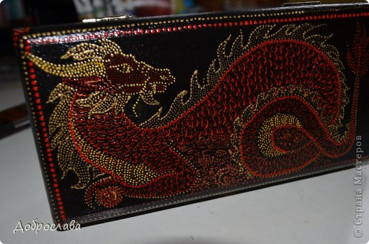 Здравствуйте соотечественники Страны Мастеров! Затянули меня точки. Долго думала, какой подарок сделать зятю на день рождения. Решила, что это будет купюрница. Так как он родился в год огненного дракона, нарисовался дракон на куче золота. фото 1