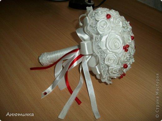 Вот решилась сделать свадебный букет дублер. Почему-то именно в этих цветах, сама не знаю почему, но именно красный с белам самые мои любимые поледлки из свадебных аксессуаров.