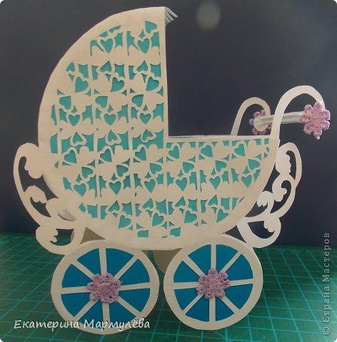 Всем добрый день! Вот и моя первая вырезная колясочка!!! Сделала по просьбе своей коллеги-начальницы. Мастер-класс по колясочке взяла с сайта http://kartonkino.ru/. А вот это ссылочка на сам мастер-класс http://kartonkino.ru/vyirezanie-iz-bumagi/detskaya-kolyasochka-konkursnyiy-master-klass/