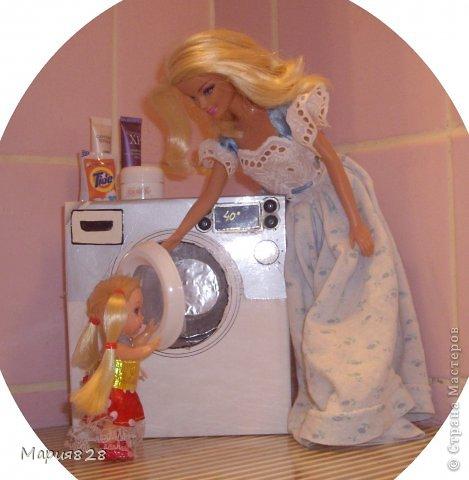 """У наших куколок радость! В нашем доме появилась стиральная машина! Дверца открывается, а внутри как и положено """"железный"""" барабан. Все как по настоящему! фото 2"""