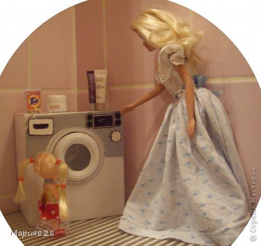 """У наших куколок радость! В нашем доме появилась стиральная машина! Дверца открывается, а внутри как и положено """"железный"""" барабан. Все как по настоящему! фото 11"""