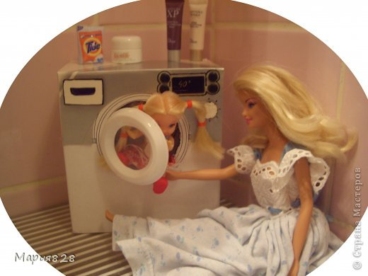 """У наших куколок радость! В нашем доме появилась стиральная машина! Дверца открывается, а внутри как и положено """"железный"""" барабан. Все как по настоящему! фото 12"""