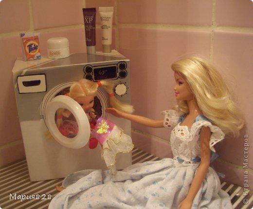 """У наших куколок радость! В нашем доме появилась стиральная машина! Дверца открывается, а внутри как и положено """"железный"""" барабан. Все как по настоящему! фото 13"""