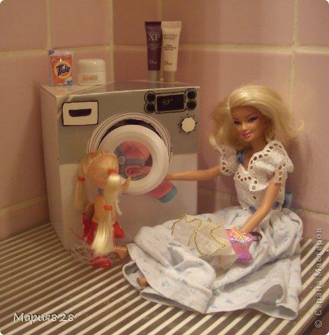 """У наших куколок радость! В нашем доме появилась стиральная машина! Дверца открывается, а внутри как и положено """"железный"""" барабан. Все как по настоящему! фото 10"""