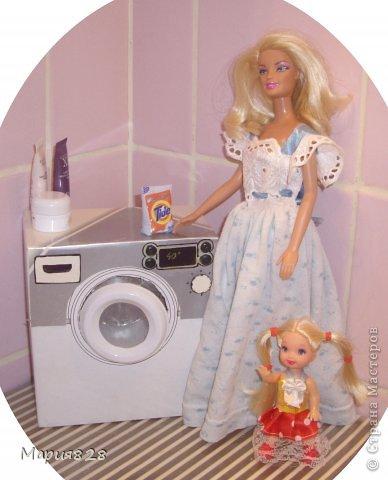 """У наших куколок радость! В нашем доме появилась стиральная машина! Дверца открывается, а внутри как и положено """"железный"""" барабан. Все как по настоящему! фото 1"""