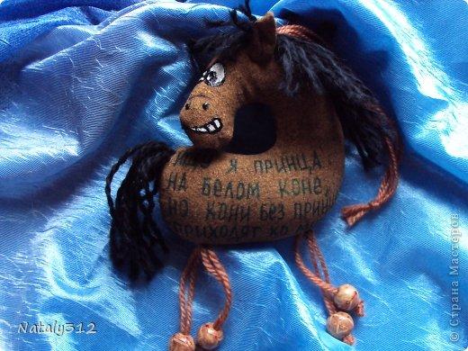 Лошадки, как вы уже догадались, по мотивам работ Колотьевой Надежды. https://stranamasterov.ru/node/655776 и https://stranamasterov.ru/node/639184. У меня таких получилось 17 штук.Вот некоторые из них... Ищу я принца на белом коне, Но кони без принцев приходят ко мне. фото 1