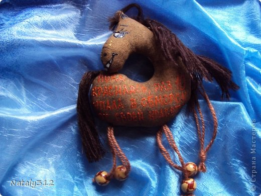 Лошадки, как вы уже догадались, по мотивам работ Колотьевой Надежды. https://stranamasterov.ru/node/655776 и https://stranamasterov.ru/node/639184. У меня таких получилось 17 штук.Вот некоторые из них... Ищу я принца на белом коне, Но кони без принцев приходят ко мне. фото 4