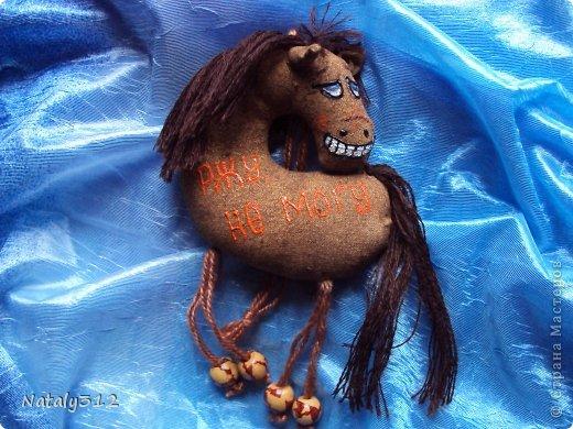 Лошадки, как вы уже догадались, по мотивам работ Колотьевой Надежды. https://stranamasterov.ru/node/655776 и https://stranamasterov.ru/node/639184. У меня таких получилось 17 штук.Вот некоторые из них... Ищу я принца на белом коне, Но кони без принцев приходят ко мне. фото 6