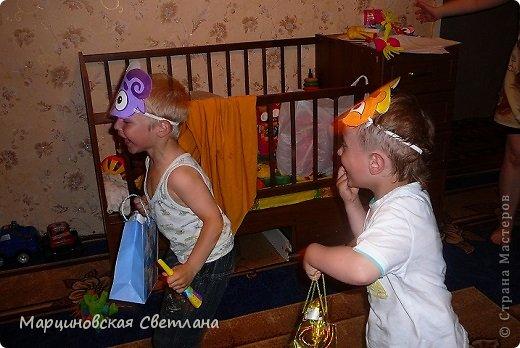 Всем, всем, всем привет!!!! 11 июня - День Рождение моего старшего сынишки Янчика! В этом году ему исполнилось 4 года. Сначала думала позвать детишек куда-нибудь в центр поиграть, а потом подумала лето, тепло, проведу-ка я сама!!! К сожалению на улице целый день шёл дождь, поэтому праздновали ДР дома. Праздник решила провести в стиле смешариков, так как этот мультик все знают и очень любят! Благодаря интернету нашла очень много разных и интересных идей, выбрала на свой взгляд самое лучшее и весёлое для 4-летних детишек и провела, в паре со своим папой, весёлый незабываемый праздник!!! С вами хочу поделиться сценарием, может быть кому-нибудь и пригодится!!!! Кстати торт пекла сама! фото 20