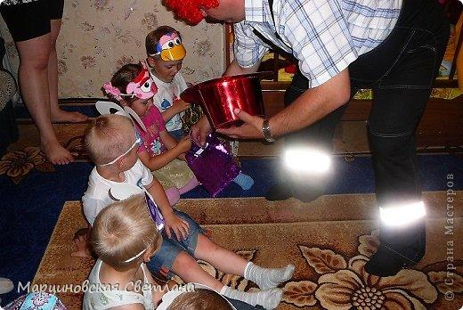 Всем, всем, всем привет!!!! 11 июня - День Рождение моего старшего сынишки Янчика! В этом году ему исполнилось 4 года. Сначала думала позвать детишек куда-нибудь в центр поиграть, а потом подумала лето, тепло, проведу-ка я сама!!! К сожалению на улице целый день шёл дождь, поэтому праздновали ДР дома. Праздник решила провести в стиле смешариков, так как этот мультик все знают и очень любят! Благодаря интернету нашла очень много разных и интересных идей, выбрала на свой взгляд самое лучшее и весёлое для 4-летних детишек и провела, в паре со своим папой, весёлый незабываемый праздник!!! С вами хочу поделиться сценарием, может быть кому-нибудь и пригодится!!!! Кстати торт пекла сама! фото 12