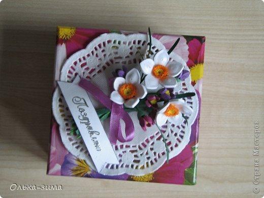 Использовала покупную коробочку, которую украсила бумажной салфеткой, самодельными цветочками и  ленточкой.