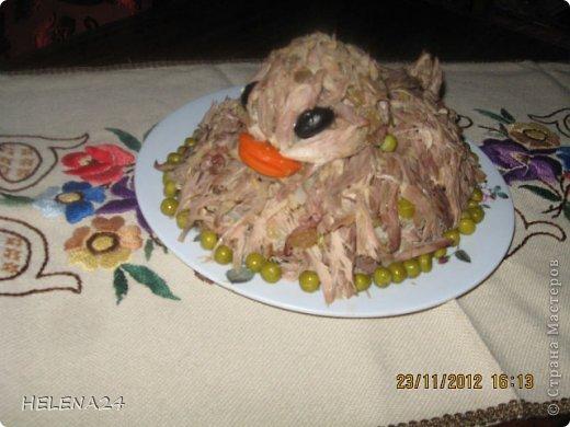 """Как украсить салат с мясом утки?Сделать"""" утку"""".Утка получилась недовольная ,видимо чуела ,что долго ей не жить... фото 1"""