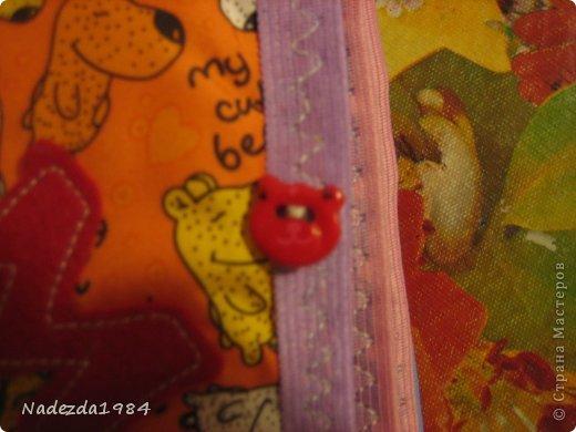 Книга на шнуровке, чтобы ее можно было разобрать по карточкам. Размер 18,5 на 20,5 см. На обложке пуговки: зайчик и божья коровка. фото 25