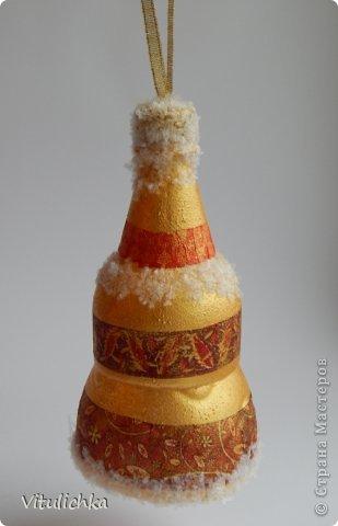 """К Новому году надо сделать игрушки на уличную елку Вот получились такие колокольчики из пластиковых бутылок. Обрезанные """"верхушки"""" бутылок покрасили акрилом, приклеили фрагменты салфеток (назвать это декупажем язык не поворачивается), добавили снежок https://stranamasterov.ru/node/274643. По форме колокольчики напоминают лишь приблизительно, но смотрятся вроде неплохо.  фото 7"""