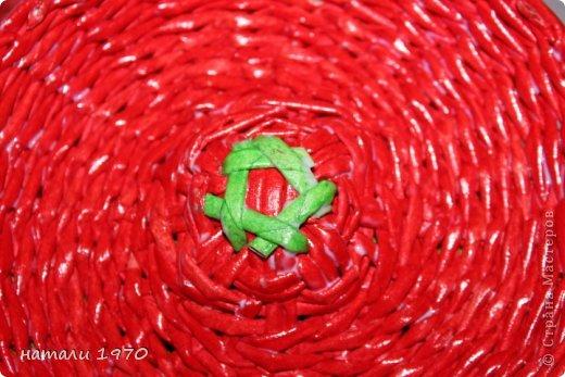 Здравствуйте дорогие жители страны . Меня часто просили МК на клубнику и я решилась на свой первый опыт . Не знаю как получилось , но я старалась .Первые шаги думаю объяснять не надо.На клубнику уходит 100 красных и 20 зелёных трубочек .Ну что ПОЕХАЛИ!!!!!!! фото 45