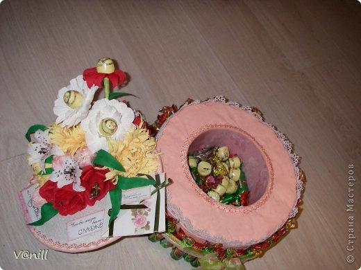 Привет всем жителям СМ! Решилась наконец-то сваять тортик из конфет (спасибо приятелю, что попросил сделать подарок на день рождения мамы). Вот что получилось. К тортику прилагалась небольшая открыточка с пожеланием. фото 6