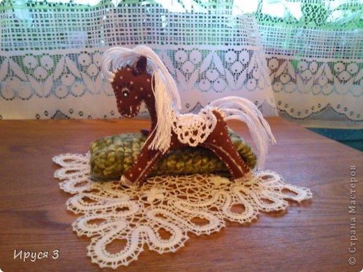 Сшила из фетра лошадок , седло связала крючком , глазки нарисовала акриловыми красками -))) фото 2